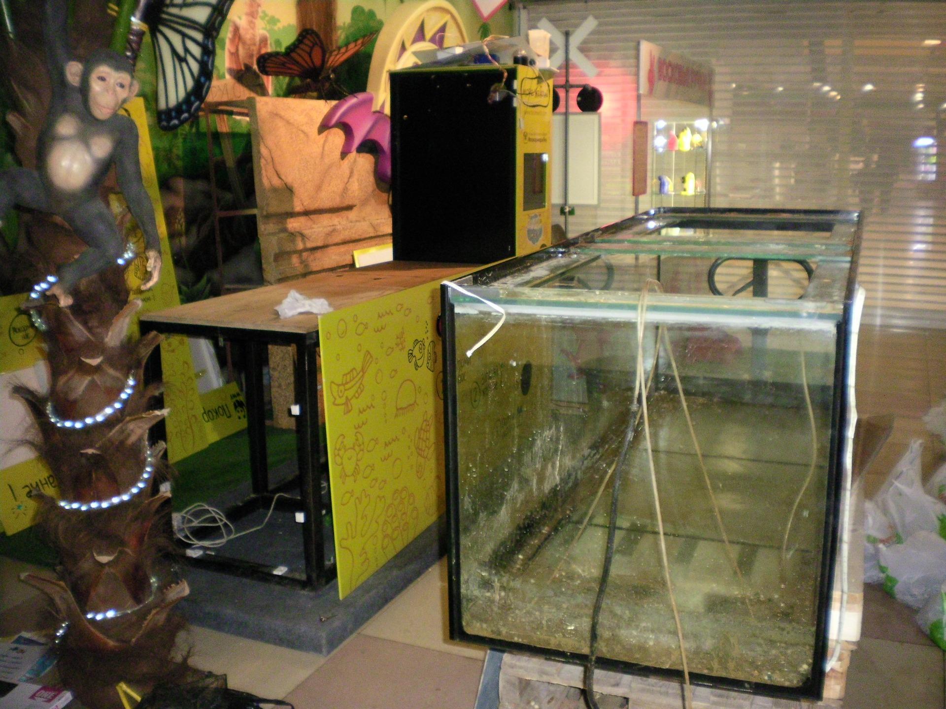 Погрузка аквариума на рохли